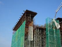 Плетение безопасности установлено на высокий подъем строя внешние леса во время конструкции стоковые фотографии rf