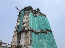 Плетение безопасности установлено на высокий подъем строя внешние леса во время конструкции стоковое фото rf