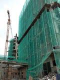 Плетение безопасности установлено на высокий подъем строя внешние леса во время конструкции стоковое изображение rf