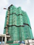 Плетение безопасности установлено на высокий подъем строя внешние леса во время конструкции стоковые изображения rf