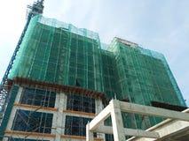 Плетение безопасности установлено на высокий подъем строя внешние леса во время конструкции стоковое изображение