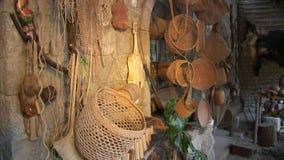 Плетеные корзины в индейцах и Shuar Guarani хаты индигенных видеоматериал