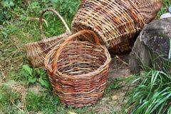 Плетеные корзины на траве стоковое фото rf