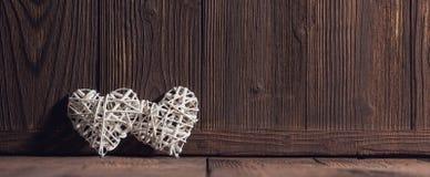 Плетеные сердца на древесине Стоковые Фото
