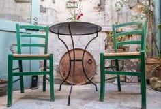 Плетеные стулья с таблицей металла стоковые фото