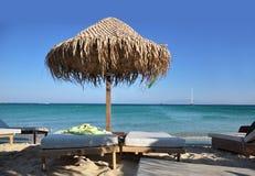 Плетеный зонтик на пляже, голубом небе и море Стоковая Фотография