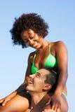 плечи человека девушки бикини сидя лето Стоковая Фотография