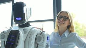 Плечо уверенно работника офиса касающее робота и усмехаться акции видеоматериалы