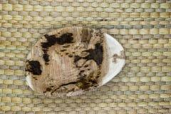 Плита банана Eco на естественной бамбуковой поверхности предпосылки циновки стоковое изображение