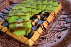 Плита бельгийских waffles с кивиом, сливк и шоколадом Стоковая Фотография RF