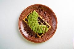 Плита бельгийских waffles с кивиом, сливк и шоколадом Стоковые Фотографии RF