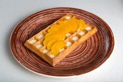 Плита бельгийских waffles с манго и белым шоколадом Стоковое Изображение
