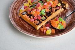 Плита бельгийских waffles с сливк, candied и шоколадом Стоковые Изображения