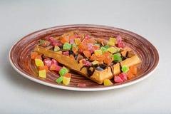 Плита бельгийских waffles с сливк, candied и шоколадом Стоковые Фото