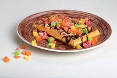 Плита бельгийских waffles с сливк, candied и шоколадом Стоковая Фотография RF