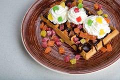 Плита бельгийских waffles с сливк, candied и шоколадом Стоковое Изображение RF