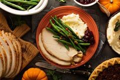 Плита благодарения с индюком, картофельными пюре и зелеными фасолями Стоковое фото RF
