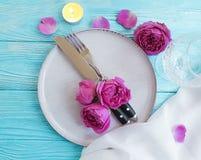 Плита, вилка, нож, свеча, датировка торжества меню датировка приглашения карточки дизайна розового цветка элегантное на деревянно стоковые фотографии rf
