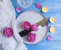 Плита, вилка, нож, свеча, розовое датировка торжества меню датировка приглашения карточки дизайна цветка на деревянной предпосылк стоковые изображения rf