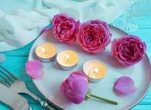 Плита, вилка, нож, свеча, розовое датировка торжества меню датировка приглашения дизайна цветка на деревянной предпосылке стоковое изображение