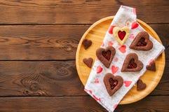 Плита домодельного сердца шоколада и ванили сформировала кашевара linzer Стоковые Фото