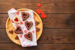 Плита домодельного сердца шоколада и ванили сформировала кашевара linzer Стоковое Изображение