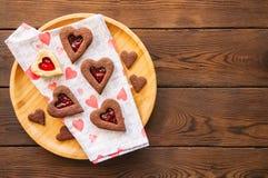 Плита домодельного сердца шоколада и ванили сформировала кашевара linzer Стоковое Изображение RF