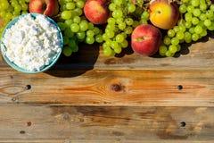 Плита домодельных творога, виноградин и персика на деревянной деревенской таблице стоковые фото