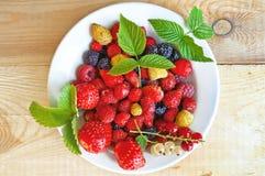 плита доски ягод деревянная Стоковые Изображения RF