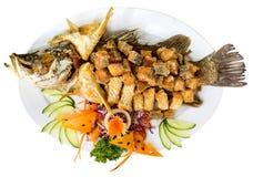 Плита зажаренных рыб при овощи - изолированные на белизне Верхняя часть v Стоковые Фото