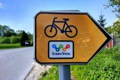 Плита знака на зеленой трассе велосипеда Velo около Jozefow, Польши Стоковые Фото