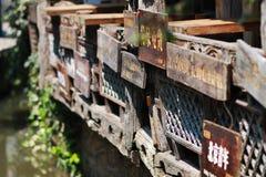 Плита индикатора древнего города lijiang, провинции Юньнань, Китая стоковые изображения rf