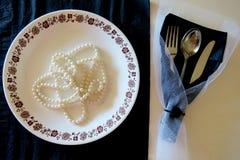 Плита и столовый прибор на черно-белой предпосылке с роскошным украшением стоковые изображения