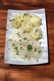 Плита кипеть риса и помятых potatos на таблице стоковые фотографии rf