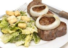 плита лука звенит стейки w салата Стоковая Фотография RF