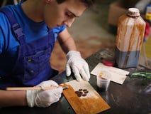 Плита на которой лапка латает scorches и надписи Стоковая Фотография RF