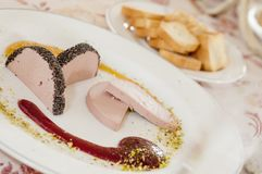 Плита очень вкусного pate с соусом и хлебом клубники стоковое изображение rf