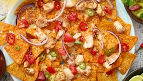 Плита очень вкусных nachos tortilla с расплавленным соусом сыра, зажаренным цыпленком акции видеоматериалы