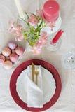 Плита пасхи положенная квартирой служа с tableware и яйцами золота стоковая фотография