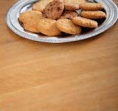 Плита печенья на таблице Стоковые Изображения