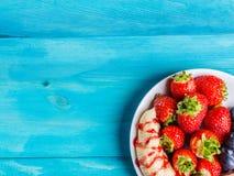 Плита плодоовощ на голубой таблице стоковое изображение