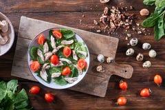 Плита салата от кипеть мяса, яя триперсток, шпината и томатов на деревянной доске на кухонном столе диетическо стоковое изображение rf