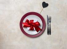Плита сервировки праздника для еды дня Валентайн на белой предпосылке Шаблон для текста стоковое изображение