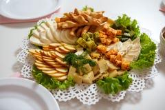 Плита сыра служила на таблице на ресторане стоковые фото