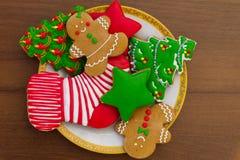 Плита с вкусными печеньями рождества на деревянном столе Стоковое фото RF