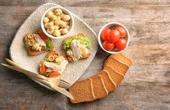 Плита с вкусными bruschettas цыпленка Стоковое Изображение