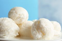 Плита с вкусным ванильным мороженым стоковые фото