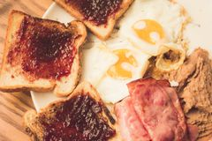 Плита с завтраком яичниц Стоковое Изображение RF