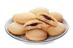Плита с изолированными печеньями на исламские праздники eid mubarak стоковая фотография