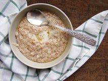 Плита с кашой от зерен пшеницы - здоровой едой молока завтрака Стоковое Изображение RF